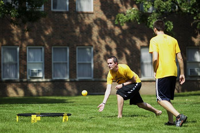 Tommy+Schorer+making+a+pass+in+a+game+of+Spikeball+at+the+Quadrangle+court+yard%2C+on+Wednesday+September+2%2C+2015