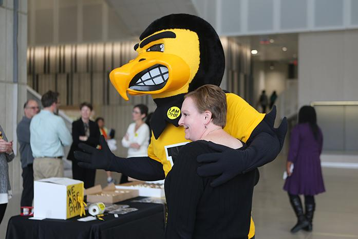 FILE+-+Herky+poses+with+a+UI+%22Phil+Was+Here%22+supporter+at+the+Voxman+Music+Building+on+Wednesday%2C+Oct.+12%2C+2016.+PHIL%2C+short+for+philanthropy%2C+was+launched+in+2007%2C+and+works+with+alumni+and+UI+supporters+to+give+back+to+the+campus+community.+%28The+Daily+Iowan%2FOlivia+Sun%29