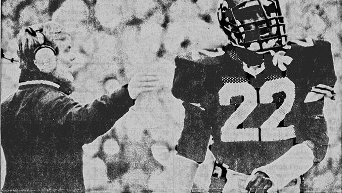 In+this+1987+file+photo%2C+Iowa+free+safety+Dwight+Sistrunk%2C+right%2C+reacts+to+instructions+from+first-year+Iowa+defensive+back+Bobby+Elliott+during+a+recent+game.+Elliott+passed+away+after+a+long+battle+with+cancer+at+the+age+of+64.+%28File+photo%2FThe+Daily+Iowan%29
