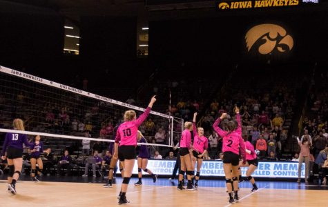 Iowa rebounds, sweeps unranked Big Ten team