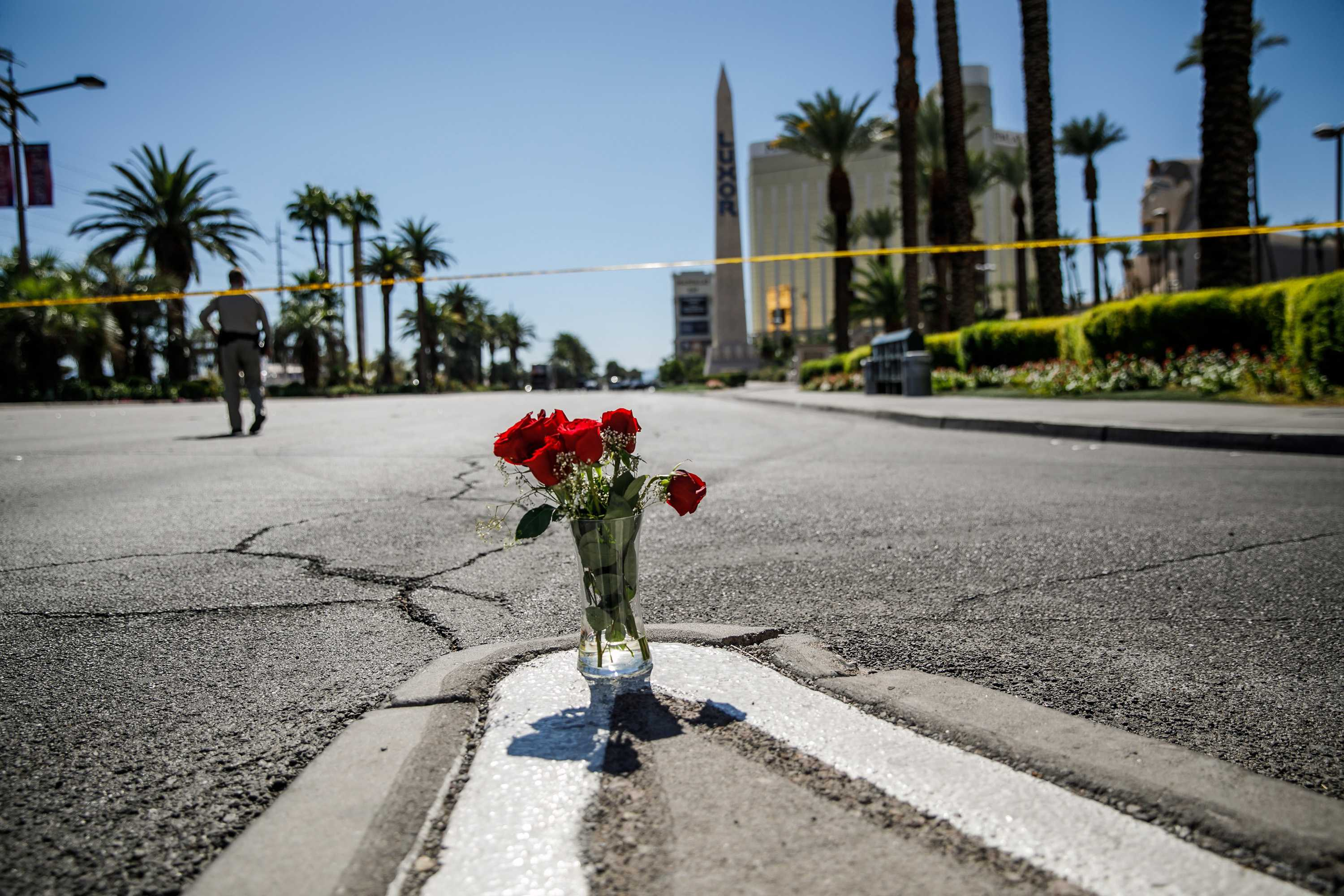 A lone vase of flowers left on Las Vegas Boulevard and Reno Avenue for the victims of the mass shooting on Oct. 2, 2017 in Las Vegas, Nev. (Marcus Yam/Los Angeles Times/TNS)