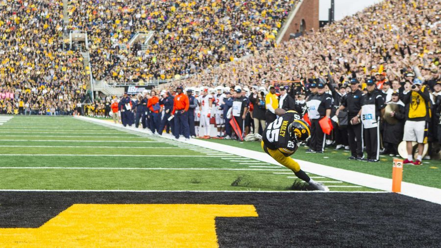 Iowa+running+back+Akrum+Wadley+falls+into+the+endzone+during+an+NCAA+football+game+between+Iowa+and+Illinois+in+Kinnick+Stadium+on+Saturday%2C+Oct.+7%2C+2017.++The+Hawkeyes+defeated+the+Fighting+Illini%2C+45-16.+%28Joseph+Cress%2FThe+Daily+Iowan%29