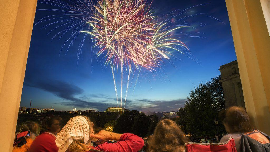 Jazz+Fest+spectators+and+local+residents+enjoy+the+fireworks+at+the+Old+Capital+Building+on+Friday%2C+June+30%2C+2017.+%28James+Year%2FDaily+Iowan%29