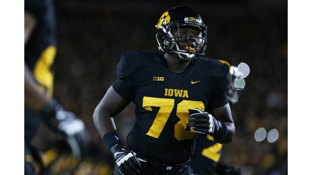Iowa+offensive+lineman+James+Daniels+runs+to+the+sidelines+in+Kinnick+Stadium+on+Saturday%2C+Nov.+14%2C+2015.+The+Hawkeyes+defeated+the+Golden+Gophers%2C+40-35+to+stay+perfect+on+the+season.+%28The+Daily+Iowan%2FRachael+Westergard%29