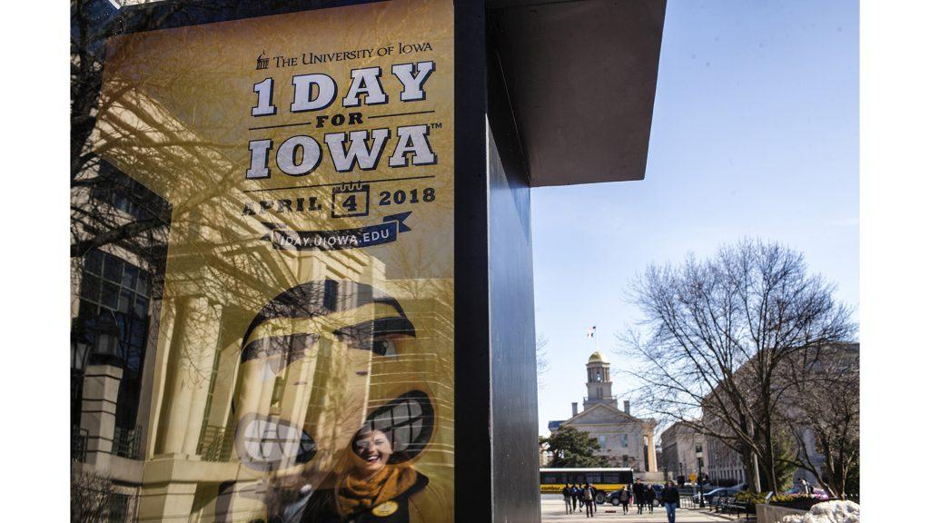 Members+from+the+Levitt+Center+for+University+Advancement+hand+out+cookies+on+the+T.+Anne+Cleary+Walkway+on+Wednesday%2C+April+4%2C+2018+for+the+1+Day+for+Iowa+fundraiser.+%28Ben+Allan+Smith%2FThe+Daily+Iowan%29