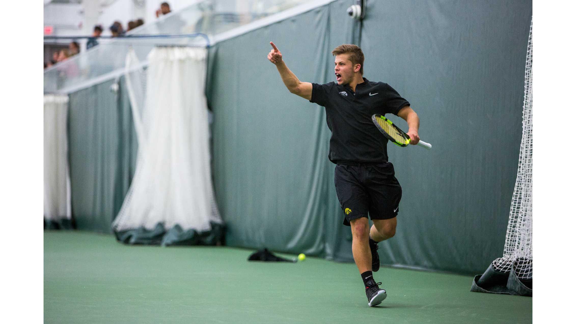 Men's tennis splits on the road