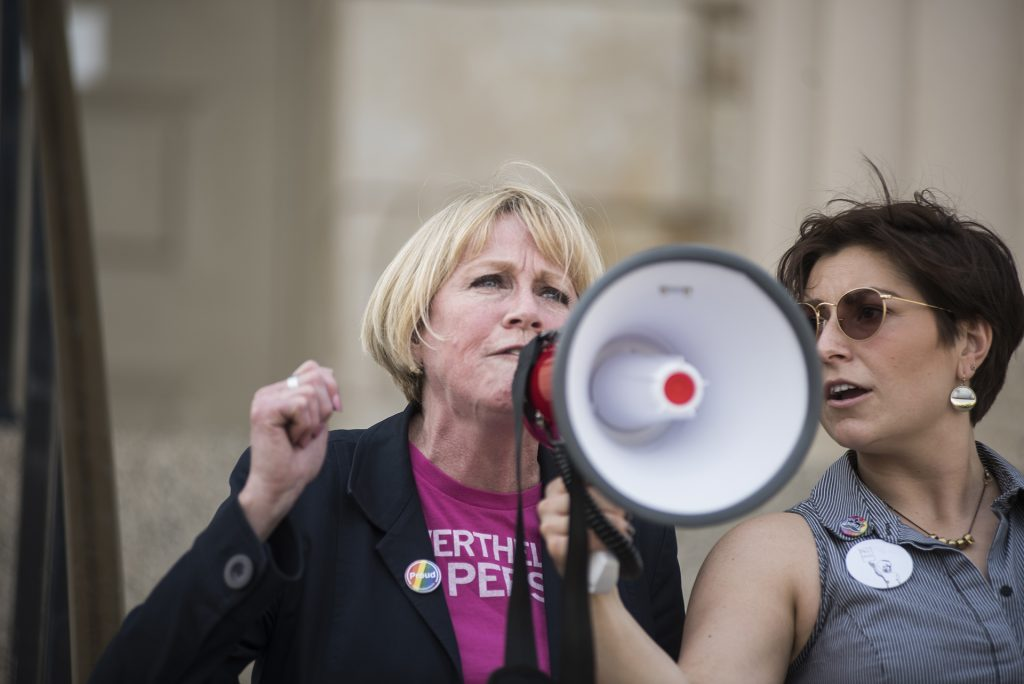 Gubernatorial+candidate+Cathy+Glasson+speaks+to+a+crowd+on+the+Pentacrest+in+Iowa+City+on+Saturday%2C+May+5.+Glasson+is+running+on+a+platform+that+focuses+on+issues+relating+to+universal+healthcare%2C+gun+regulations%2C+and+equal+pay.+%28Ben+Allan+Smith%2FThe+Daily+Iowan%29