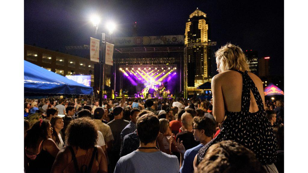 Fans+listen+to+MGMT%27s+set+during+the+80%2F35+music+festival+in+Des+Moines+on+Friday+July+7%2C+2017.+2017+was+the+10th+anniversary+of+the+festival.+%28Nick+Rohlman%2FThe+Daily+Iowan%29