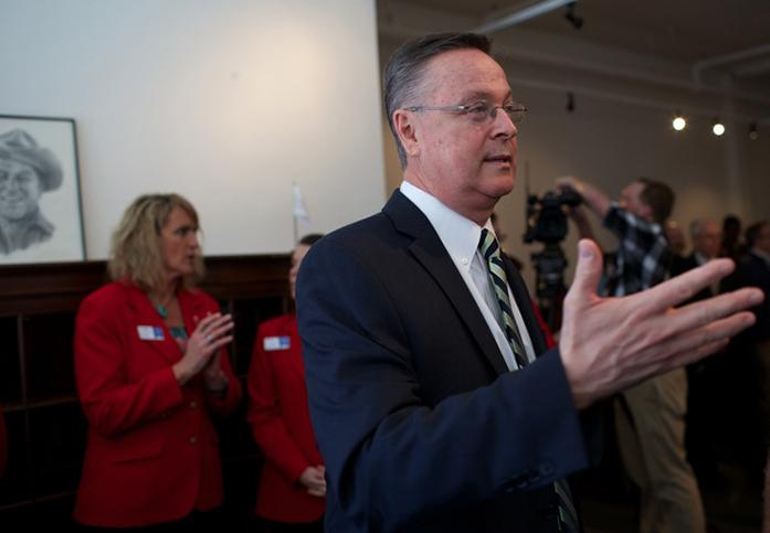 U.S.+Rep.+Rod+Blum%2C+R-Iowa%2C+talks+to+guests+at+his+ribbon+cutting+ceremony+for+his+new+office+in+Cedar+Rapid+on+Tuesday%2C+March+31%2C+2015.+Blum+has+offices+in+Cedar+Falls%2C+Dubuque%2C+and+now+Cedar+Falls.+%28The+Daily+Iowan%2FMargaret+Kispert%29