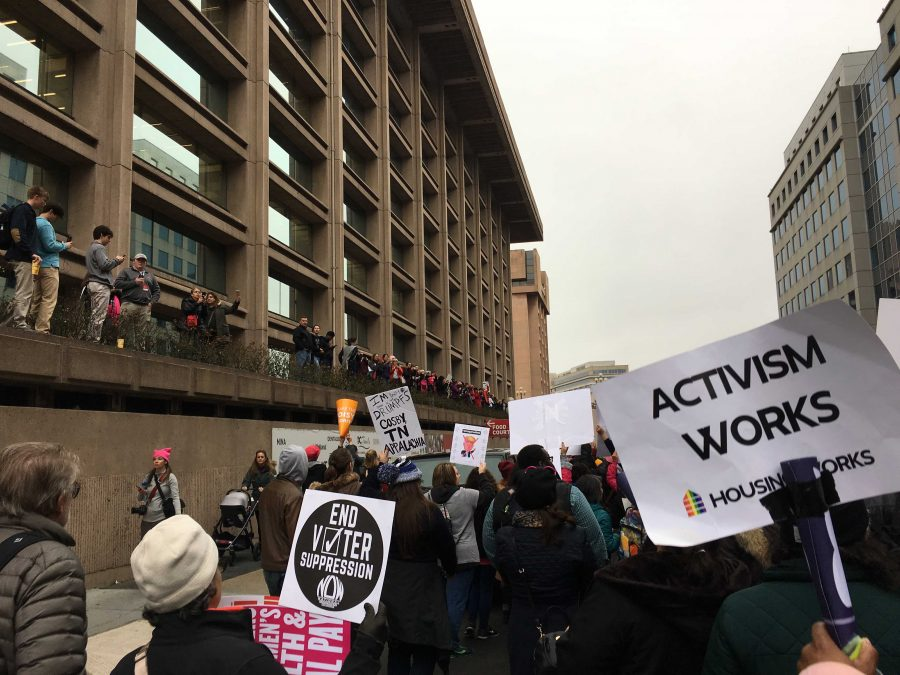 Onlookers+watch+over+the+railings+of+the+sidewalks+as+marchers+for+the+Women%27s+March+on+Washington+walk+by.+%28The+Daily+Iowan%2FLily+Abromeit%29