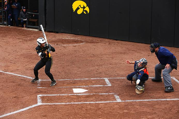 Iowa+infielder+Lea+Thompson+swings+during+the+Iowa-Illinois+softball+game+at+Bob+Pearl+Field+on+Sunday%2C+Mar.+26%2C+2017.+The+Fighting+Illini+defeated+the+Hawkeyes%2C+7-4.+%28The+Daily+Iowan%2FLily+Smith%29