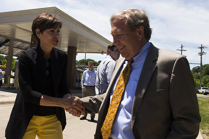 Iowa+Gov.+Kim+Reynolds+shakes+hands+with+UI+President+Bruce+Harreld+after+a+visit+on+the+UI+campus+to+learn+about+diversifying+biomass+fuel+sources+on+at+the+Cambus+Maintenance+Facility+on+Wednesday%2C+June%2C+7%2C+2017.