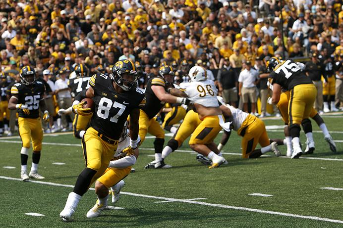Iowa+tight+end+Noah+Fant+runs+a+ball+during+an+NCAA+football+game+between+Iowa+and+Wyoming+in+Kinnick+Stadium+on+Saturday%2C+Sept.+2%2C+2017.+The+Hawkeyes+defeated+Wyoming%2C+24-3.+%28Joseph+Cress%2FThe+Daily+Iowan%29