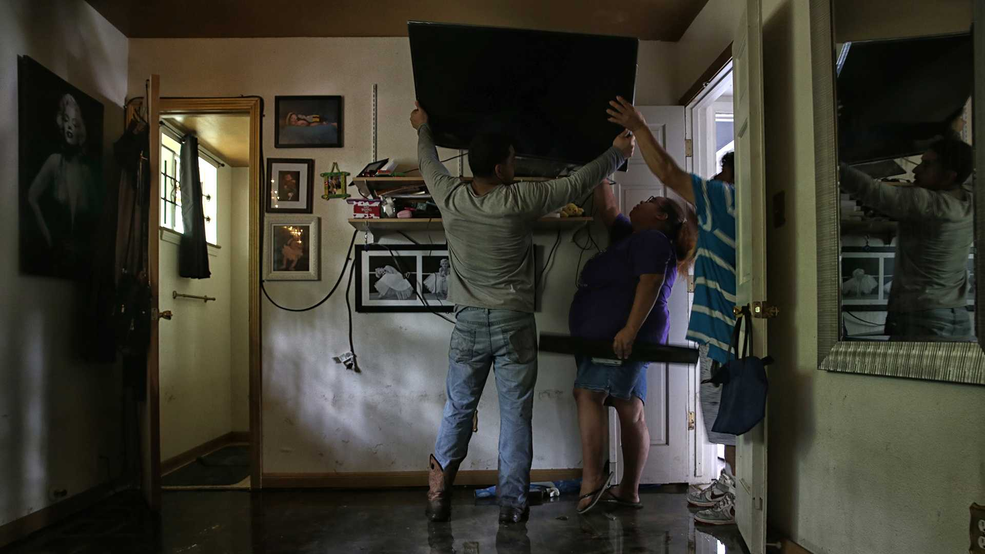Houston residents in the Lakewood neighborhood return home to begin rebuilding from the devastating effects of Hurricane Harvey, on Thursday, Aug. 31, 2017. (Robert Gauthier/Los Angeles Times/TNS)
