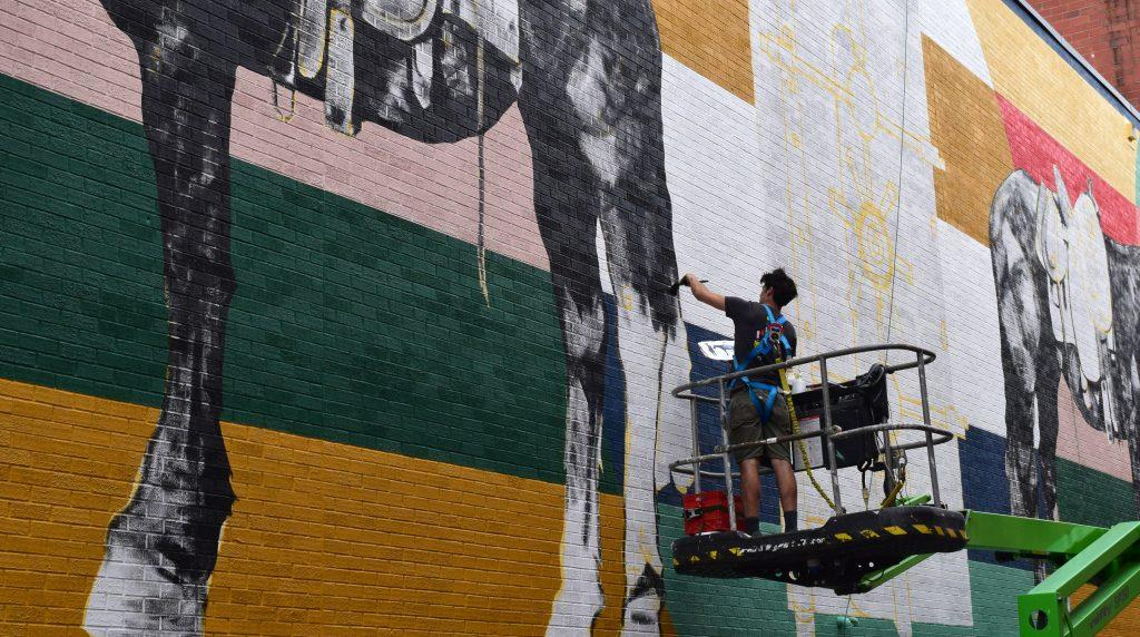 Iowa+City-based+artist+Thomas+Agran+paints+a+mural+on+Wednesday.+He+has+been+commissioned+by+MidWestOne+Bank+to+complete+the+mural+in+its+alley.+%28Hayley+Anderson%2FThe+Daily+Iowan%29