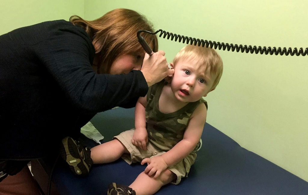 Dr.+Traci+Acklin%2C+a+pediatrician+in+Montgomery%2C+W.V.%2C+peers+into+Connor+Prather%27s+ear.+The+one-year-old+boy%2C+who+has+Medicaid+coverage%2C+has+had+persistent+ear+infections%2C+which+will+require+surgery.+%28Noam+N.+Levey%2FLos+Angeles+Times%2FTNS%29
