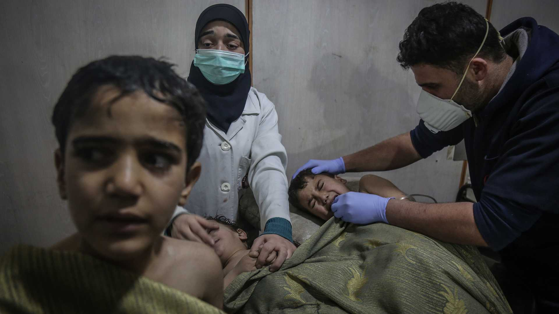 Damascus, Syria - Syrian children receive first aid after what local sources say was an attack by forces loyal to Syrian President Assad with chlorine gas on the town Hamuriya in a hospital in the rebel-held eastern Al-Ghouta province. (Anas Alkharboutli/DPA /Zuma Press/TNS)