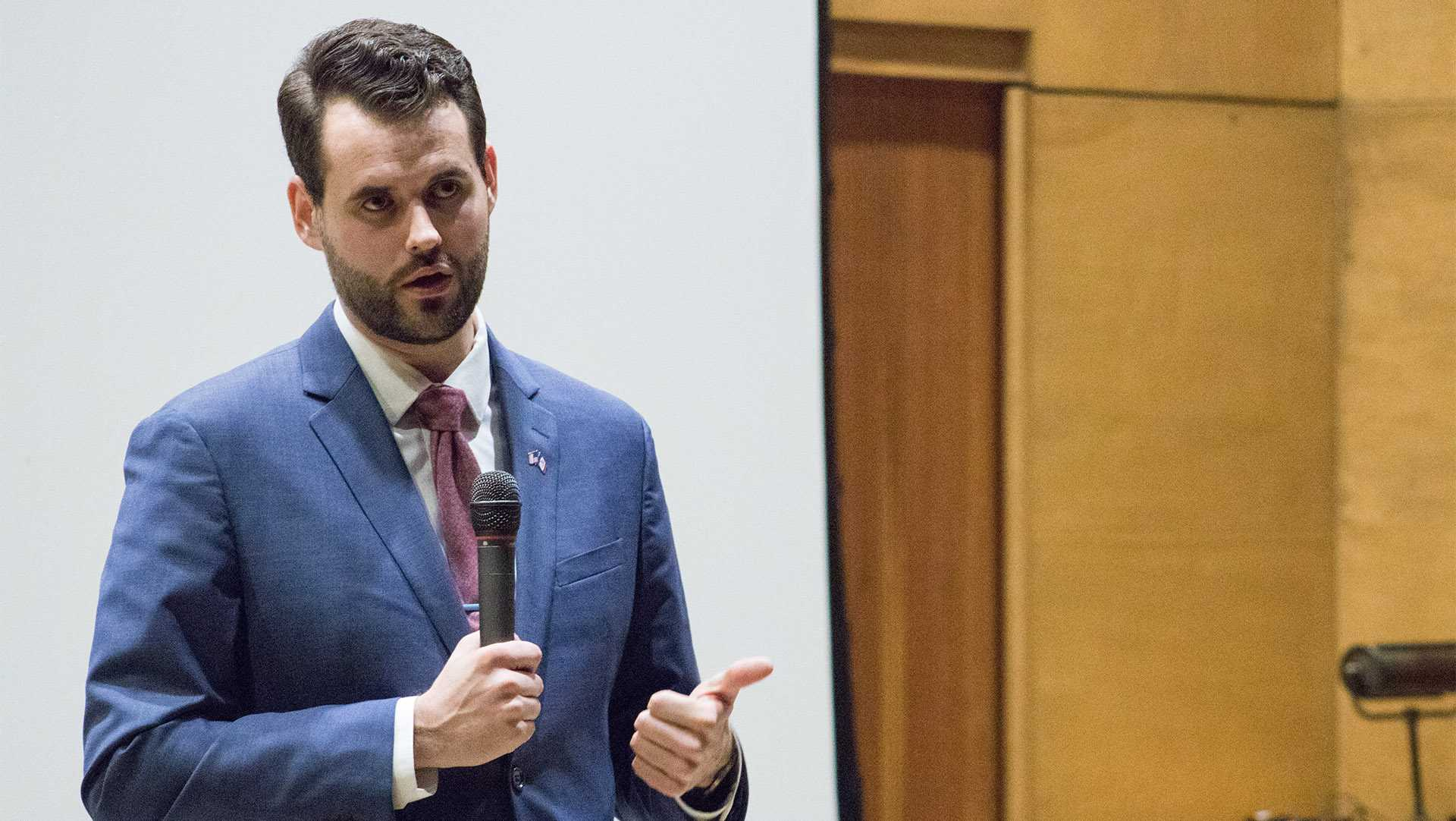 Zach Wahls talks LGBTQ+ activism, campaign during visit to UI