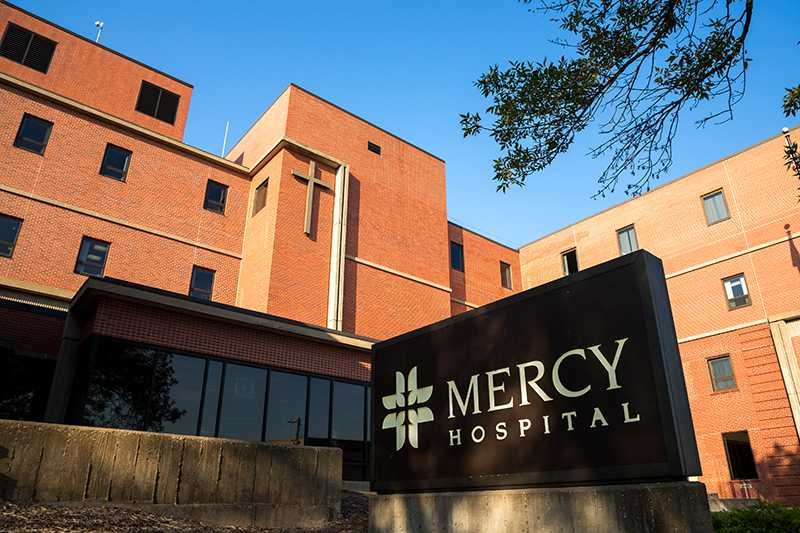 Mercy+Hospital+is+seen+in+Iowa+City%2C+IA+on+September+25%2C+2017.+Mercy+is+one+of+the+two+major+hospitals+in+Iowa+City.+%28David+Harmantas%2FThe+Daily+Iowan%29
