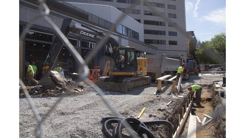 Construction+work+takes+place+in+the+Iowa+City+Pedestrian+Mall+on+Wednesday%2C+June+13%2C+2018.+The+Iowa+City+Downtown+District+held+a+meeting+on+Wednesday+to+discuss+future+development+of+the+downtown+area.+%28Tate+Hildyard%2FThe+Daily+Iowan%29