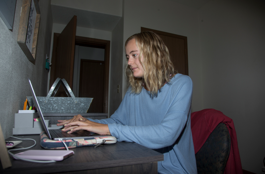 Sophomore+Carly+Witherell+works+on+her+computer+in+her+apartment+located+in+Iowa+City+on+Aug.+19%2C+2018.+As+a+sophomore+Witherell+said+while+she+misses+the+convenience+of+the+dorms%2C+she+enjoys+the+independence+of+her+own+apartment.+