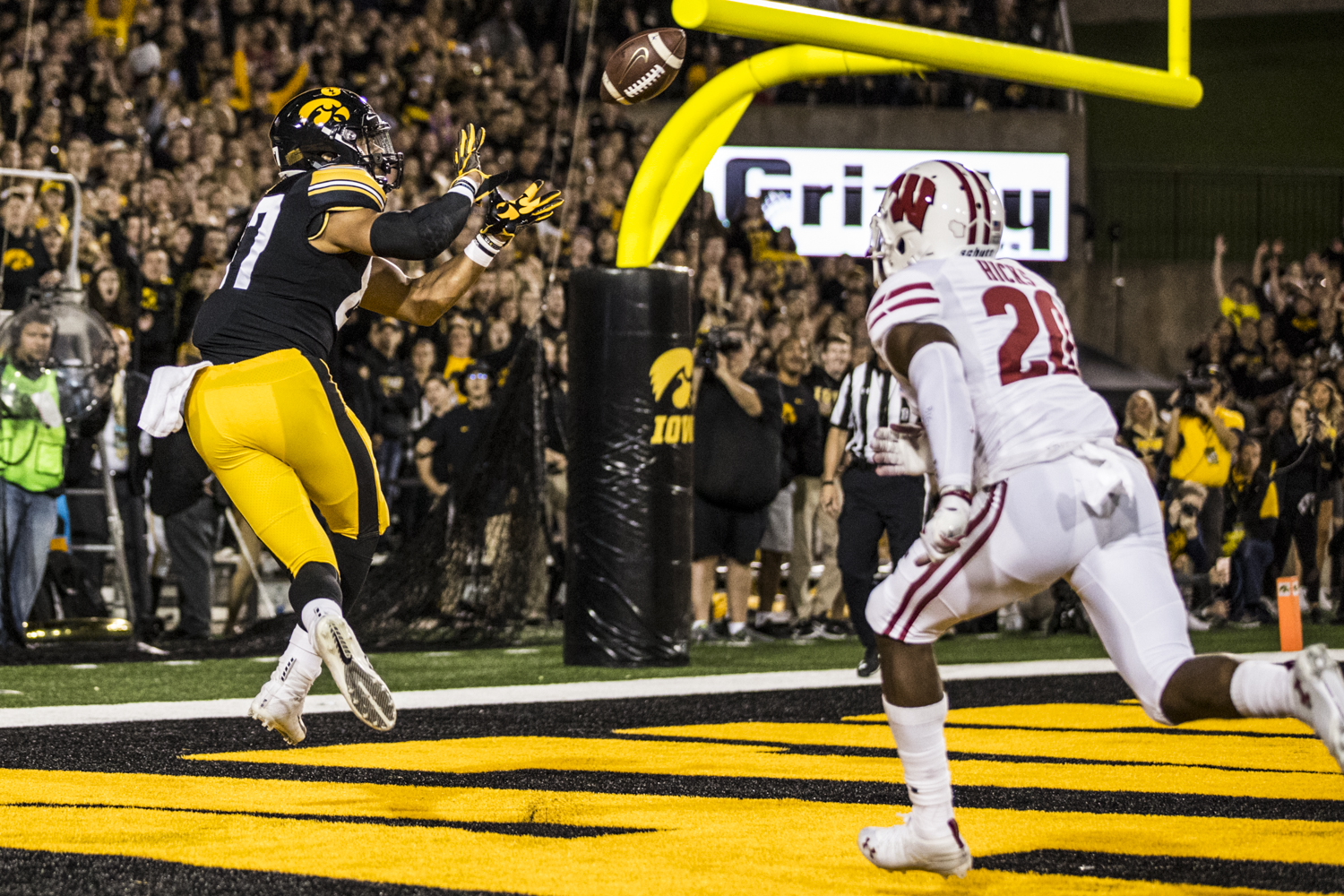 Iowa+tight+end+Noah+Fant+catches+a+touchdown+during+Iowa%27s+game+against+Wisconsin+at+Kinnick+Stadium+on+Saturday%2C+September+22%2C+2018.+The+Badgers+defeated+the+Hawkeyes+28-17.