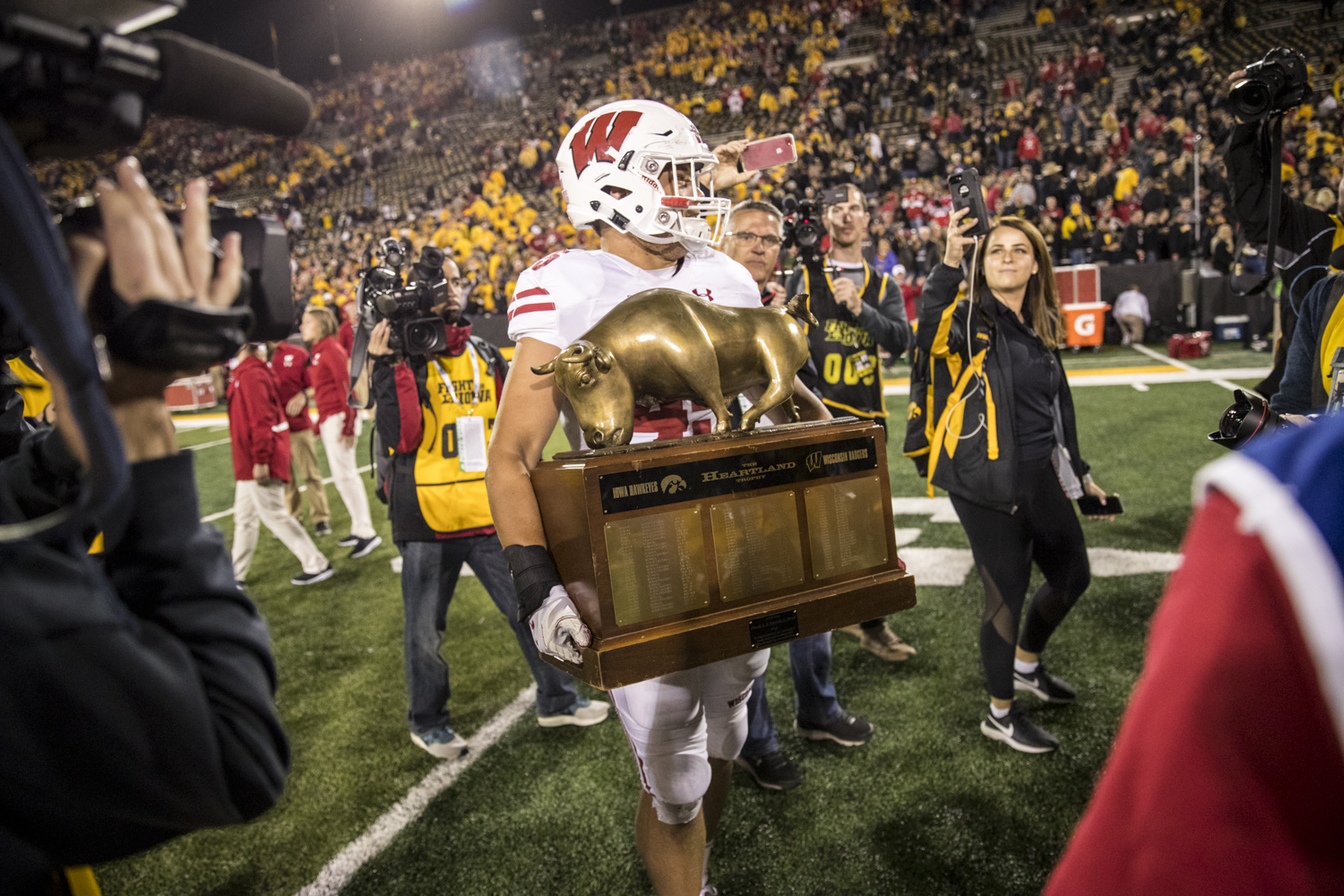 Wisconsin+full+back+Alec+Ingold+carries+the+Heartland+Tropy+off+the+field+during+Iowa%27s+game+against+Wisconsin+at+Kinnick+Stadium+on+Saturday%2C+September+22%2C+2018.+The+Badgers+defeated+the+Hawkeyes+28-17.