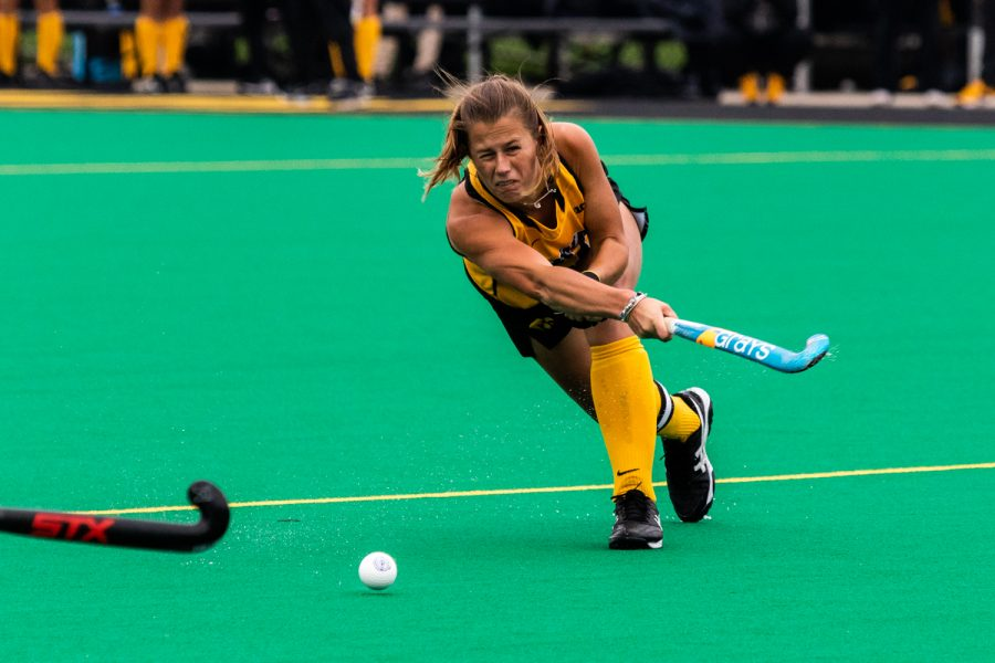 Iowa+midfielder+Sophie+Sunderland+passes+the+ball+during+a+field+hockey+match+against+Maryland+on+Sunday%2C+Oct.+14%2C+2018.+The+no.+2+ranked+Terrapins+defeated+the+no.+8+ranked+Hawkeyes+2-1.+%28David+Harmantas%2FThe+Daily+Iowan%29