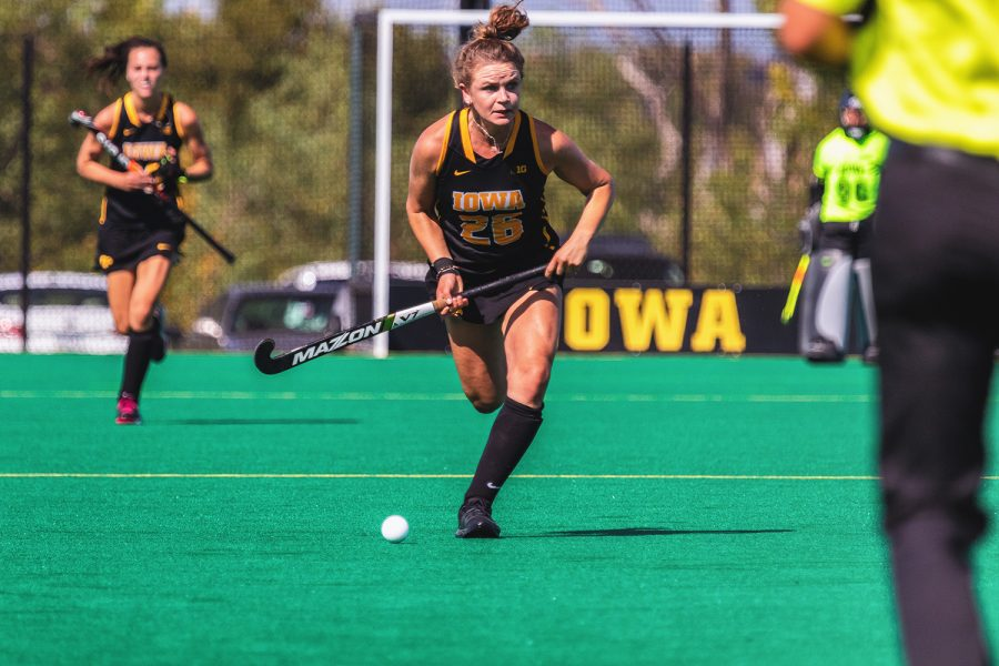 Iowa+forward+Maddy+Murphy+pushes+the+ball+upfield+during+a+field+hockey+match+against+Penn+on+Friday%2C+Sep.+14%2C+2018.+The+Hawkeyes+defeated+the+Quakers+3%E2%80%930.+%28David+Harmantas%2FThe+Daily+Iowan%29