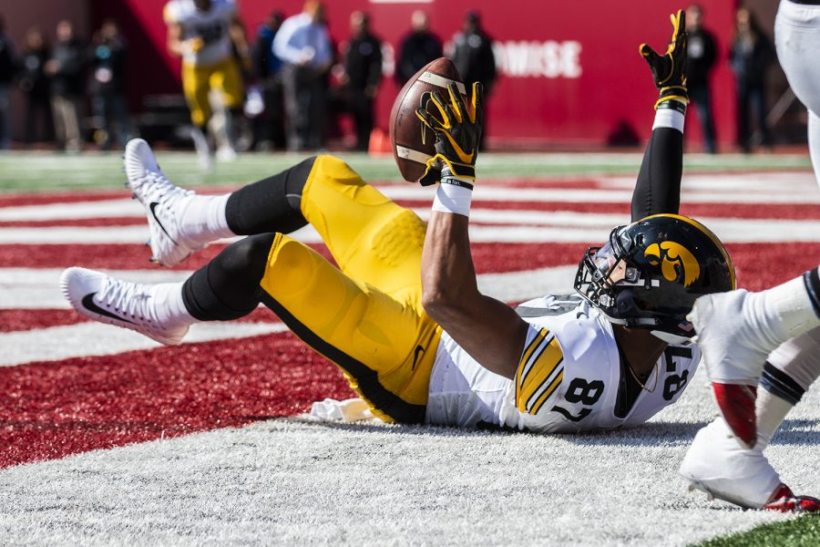 Iowa+tight+end+Noah+Fant+catches+a+touchdown+during+Iowa%27s+game+at+Indiana+at+Memorial+Stadium+in+Bloomington+on+Saturday%2C+October+13%2C+2018.+The+Hawkeyes+lead+the+Hoosiers+21-10+at+the+half.+%28Katina+Zentz%2FThe+Daily+Iowan%29