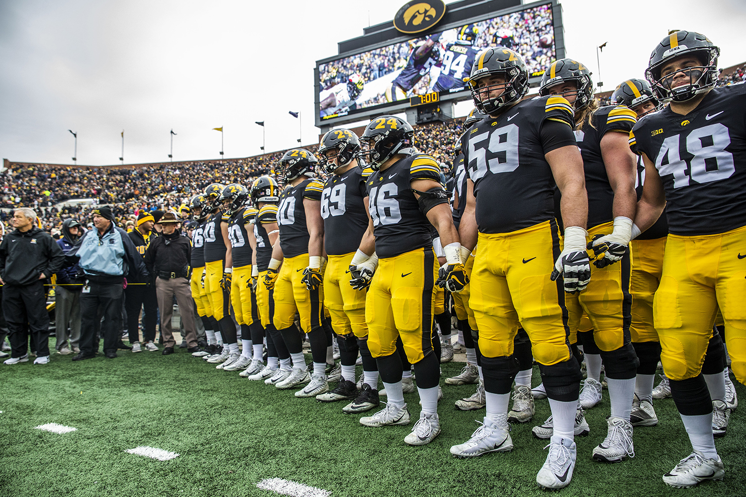 Iowa+players+prepare+to+walk+onto+the+field+during+the+Iowa%2FNorthwestern+game+at+Kinnick+Stadium+on+Saturday%2C+November+10%2C+2018.+The+Wildcats+defeated+the+Hawkeyes+14-10.+%28Katina+Zentz%2FThe+Daily+Iowan%29