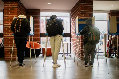 Students are seen voting at the Main Library on Nov. 6, 2018.