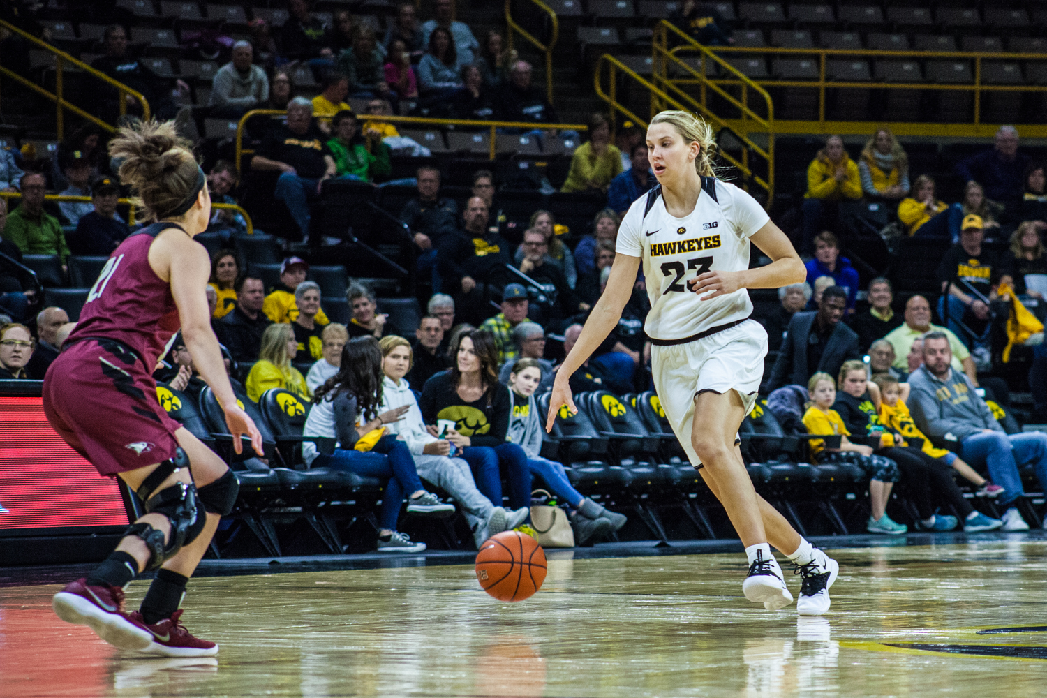 Iowa+forward+Logan+Cook+dribbles+the+ball+during+a+women%27s+basketball+game+between+Iowa+and+North+Carolina+Central+at+Carver-Hawkeye+Arena+on+Saturday%2C+Nov.+17%2C+2018.+The+Hawkeyes+devastated+the+visiting+Eagles%2C+106-39.+