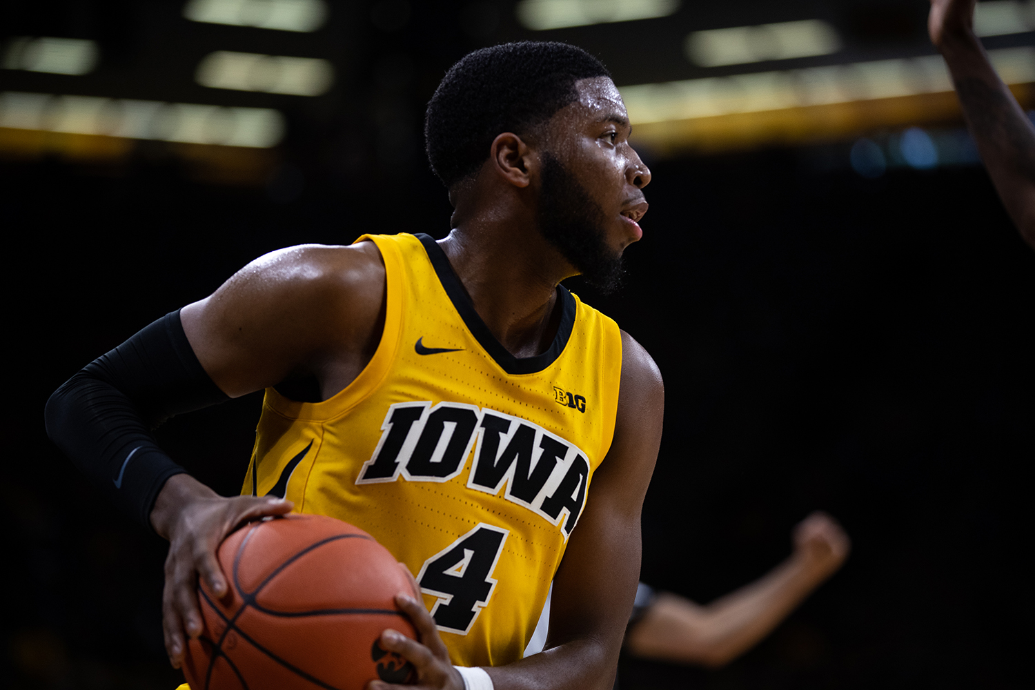 Iowa+guard+Isaiah+Moss+%234+reads+the+court+during+the+men%27s+basketball+game+against+Savannah+State+at+Carver-Hawkeye+Arena+on+Tuesday%2C+December+22%2C+2018.+The+Hawkeyes+defeated+the+Tigers+110-64.