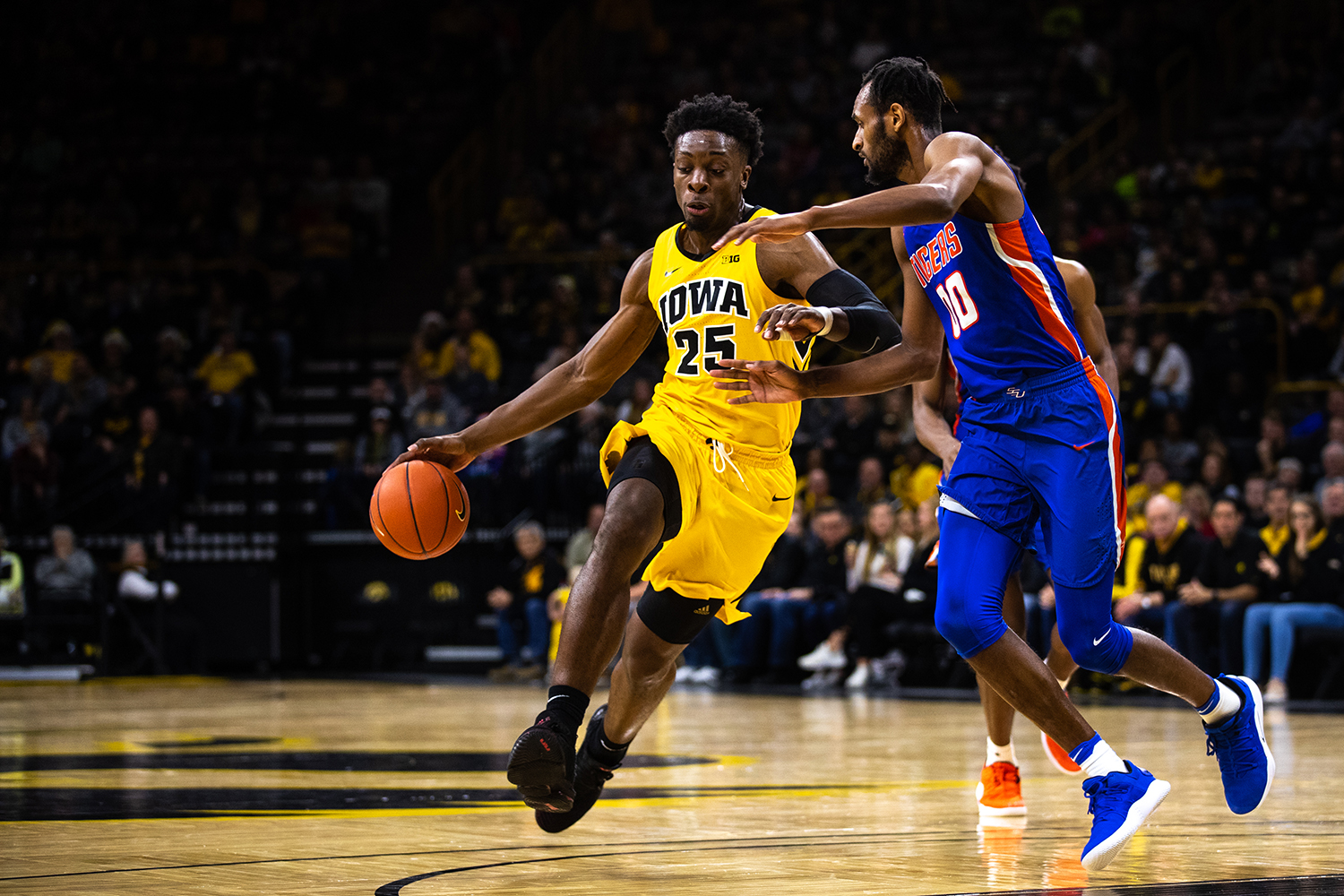 Iowa+forward+Tyler+Cook+%2325+drives+the+ball+up+the+paint+during+the+men%27s+basketball+game+against+Savannah+State+at+Carver-Hawkeye+Arena+on+Tuesday%2C+December+22%2C+2018.+The+Hawkeyes+defeated+the+Tigers+110-64.