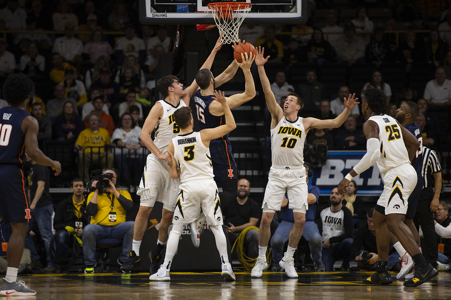 Iowa%27s+Joe+Wieskamp+%2810%29+guards+the+Illinois+basket+during+the+Iowa%2FIllinois+men%27s+basketball+game+at+Carver-Hawkeye+Arena+on+Sunday%2C+January+20%2C+2019.+The+Hawkeyes+defeated+the+Fighting+Illini%2C+95-71.+