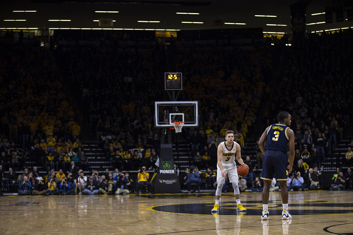 Iowa+guard+Jordan+Bohannon+runs+down+the+clock+at+the+end+of+the+first+half+during+the+Iowa%2FMichigan+men%27s+basketball+game+at+Carver-Hawkeye+Arena+on+Friday%2C+February+1%2C+2019.+The+Hawkeyes+took+down+the+No.+5+ranked+Wolverines%2C+74-59.+