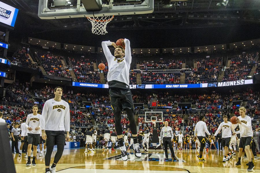 Iowa+players+warm+up+before+the+NCAA+game+against+Cincinnati+at+Nationwide+Arena+on+Friday%2C+March+22%2C+2019.+The+Hawkeyes+defeated+the+Bearcats+79-72.