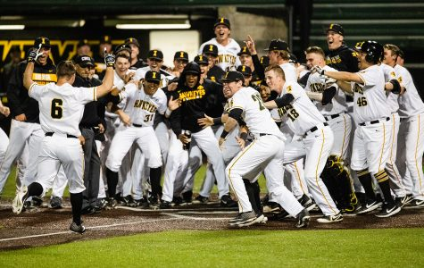 Jenkins delivers walk-off bomb to topple Milwaukee