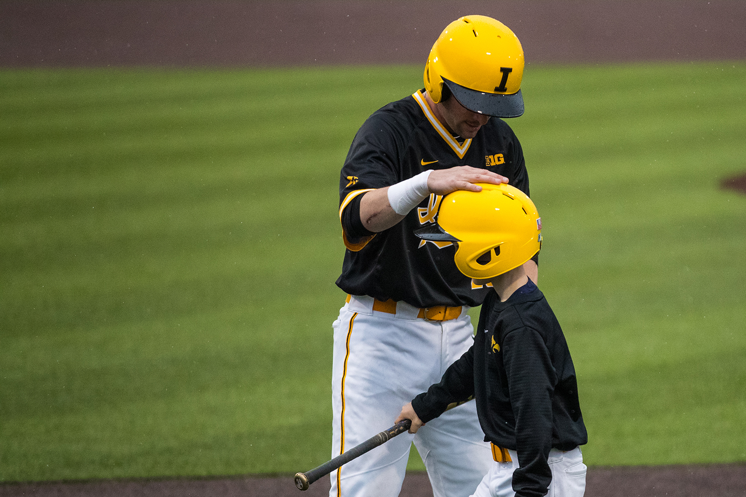 Iowa%27s+Chris+Whelan+pats+the+head+of+the+bat+boy+during+a+baseball+game+against+Illinois+State+on+Wednesday%2C+Apr.+3%2C+2019.+The+Hawkeyes+lost+to+the+Redbirds+11-6.+%28Roman+Slabach%2FThe+Daily+Iowan%29