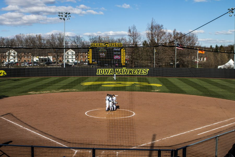 Illinois+players+meet+during+the+game+against+Illinois+at+the+Bob+Pearl+Softball+Field+on+Saturday%2C+April+13%2C+2019.+The+Hawkeyes+defeated+the+Fighting+Illini+4-3.