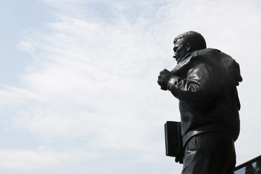 A+statue+of+Nile+Kinnick+is+seen+before+the+Iowa%2FNorth+Texas+game+in+Kinnick+Stadium+on+Saturday%2C+Sept.+16%2C+2017.+Iowa+last+played+North+Texas+in+2015+where+they+defeated+them%2C+62-16.+%28Joseph+Cress%2FThe+Daily+Iowan%29