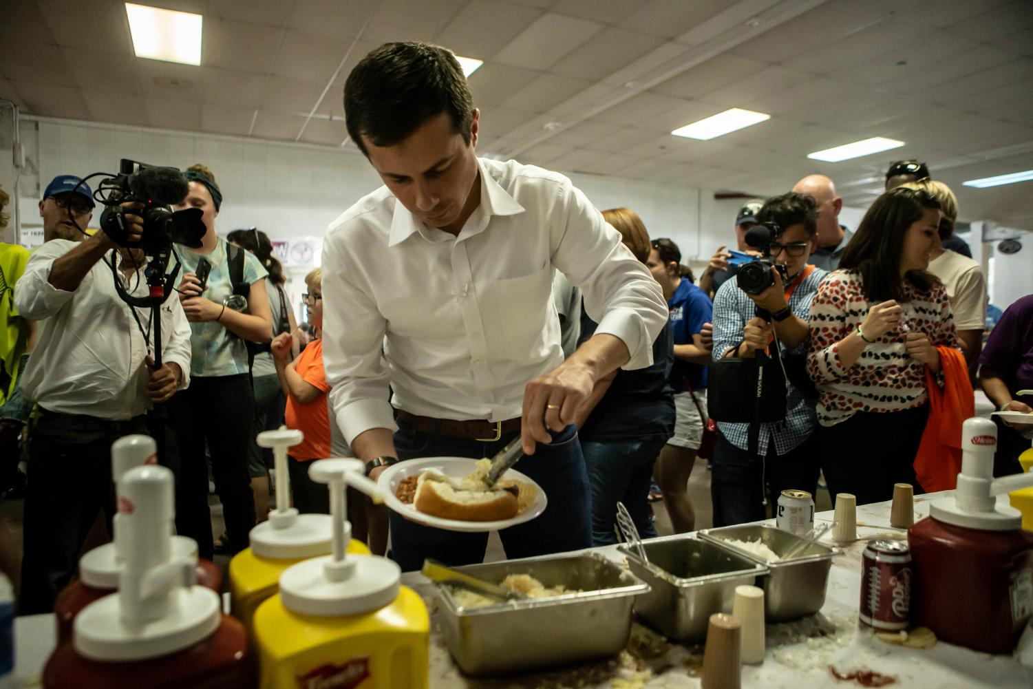 Mayor+Pete+Buttigieg+fills+his+plate+during+the+Hawkeye+Area+Labor+Council+Picnic+at+Hawkeye+Downs+on+Monday%2C+September+2%2C+2019.+
