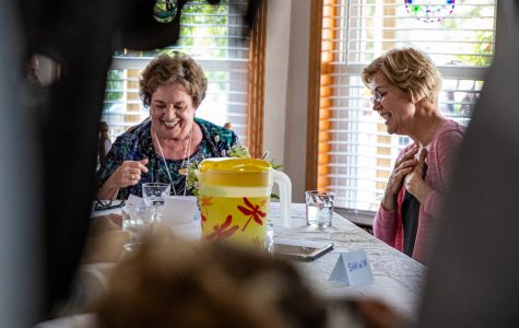 Photos: Warren meets with North Liberty mobile home residents, visits Hamburg Inn No 2