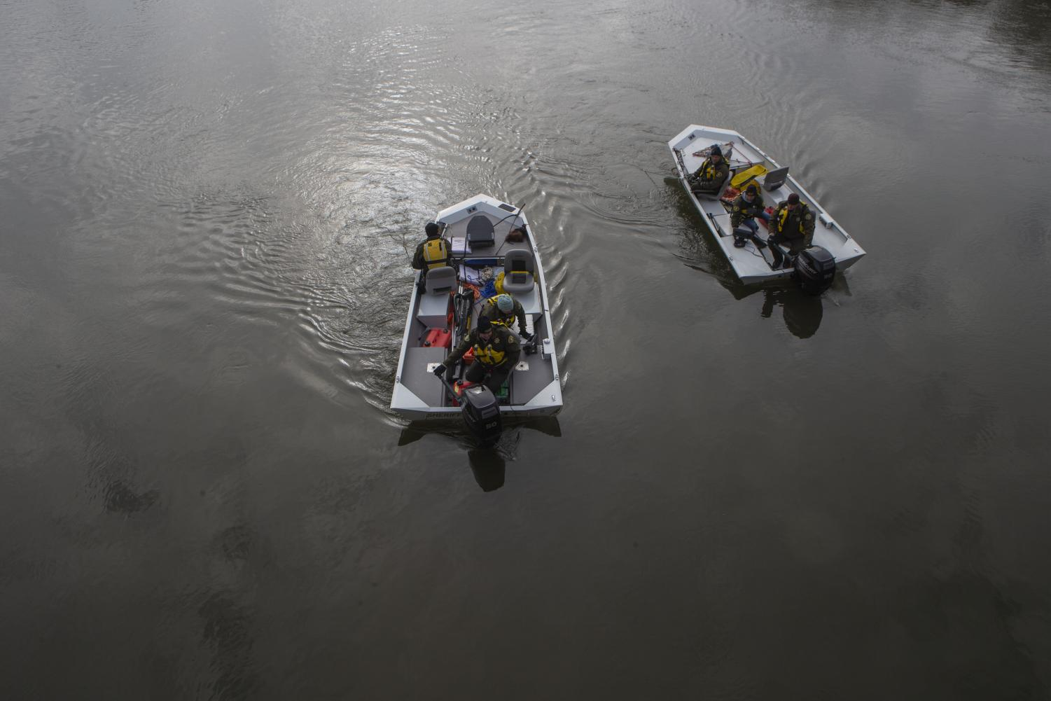 Sheriffs drag the Iowa River in boats near the English and Philosophy Building on Thursday, Nov. 14, 2019. (Jenna Galligan/The Daily Iowan)