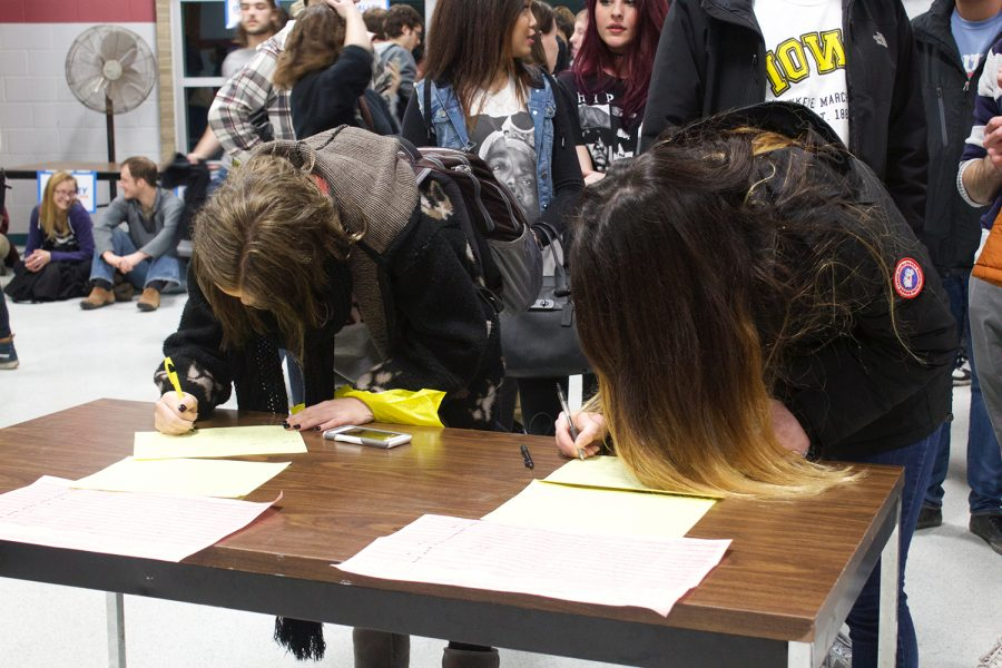Students+and+members+of+the+community+sign+in+to+caucus+for+the+Democrat+Party+in+the+Robert+Lee+Rec+Center+on+February+1%2C+2016.