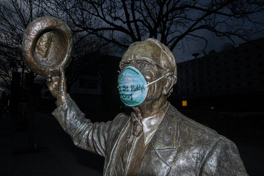 A+statue+of+Irving+B.+Weber+is+seen+with+a+mask+that+reads%2C+%27Happy+St.+Paddy%27s+Day%27+on+Tuesday%2C+March+17th%2C+2020.+The+spread+of+coronavirus+in+Johnson+county+has+been+named+a+public+health+emergency.+%28Tate+Hildyard%2FThe+Daily+Iowan%29