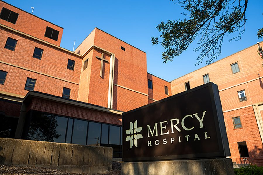 Mercy+Hospital+is+seen+in+Iowa+City%2C+IA+on+September+25%2C+2017.+Mercy+is+one+of+the+two+major+hospitals+in+Iowa+City.+