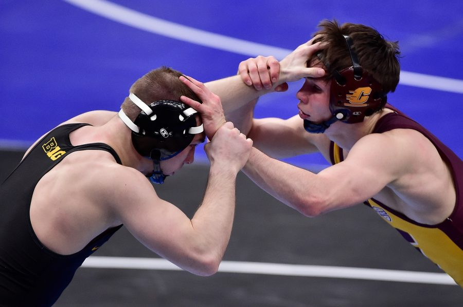 Mar 19, 2021; St. Louis, Missouri, USA; Iowa Hawkeyes wrestler Spencer Lee wrestles Central Michigan Chippewas wrestler Drew Hilldebrandt in the 125 weight class during the semifinals of the NCAA Division I Wrestling Championships at Enterprise Center. Mandatory Credit: Jeff Curry-USA TODAY Sports