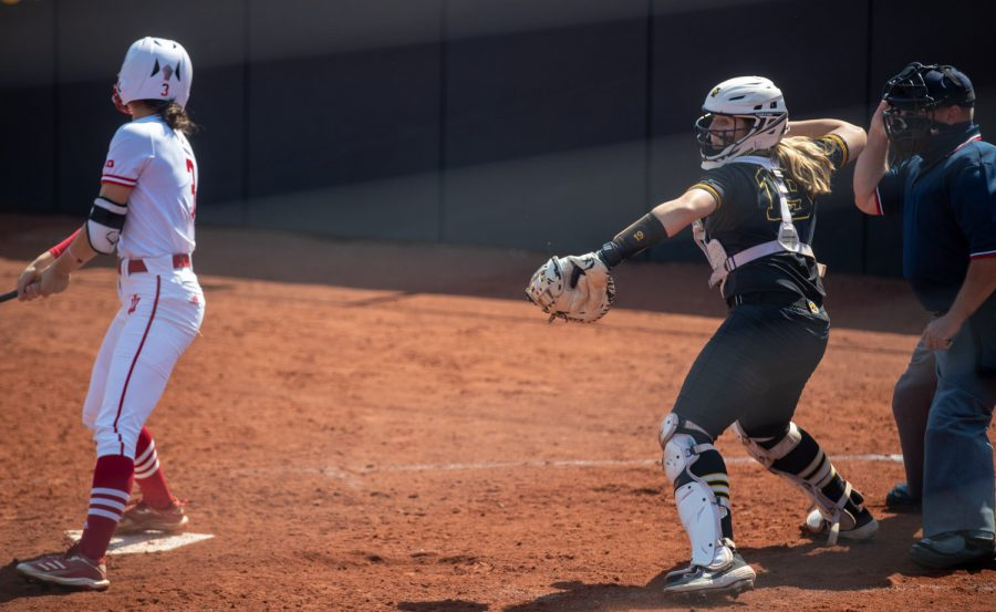 Iowa+catcher+Lindy+Milkowski+attempts+to+pick+off+a+runner+on+third+after+a+strike+during+a+softball+game+at+Pearl+Field+on+Saturday%2C+April+3+during+a+softball+game+between+Iowa+and+Indiana.+The+Hawkeyes+defeated+the+Hoosiers+8-0+in+five+innings.